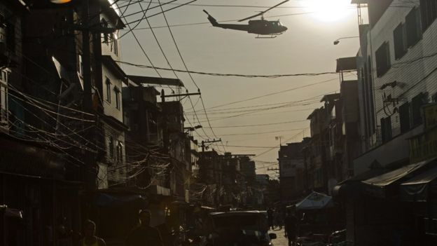 Un helicóptero sobrevolando el barrio.