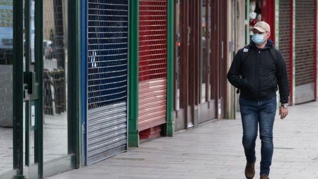 Hombre caminando en Nueva York