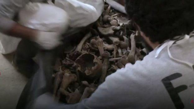 Huesos encontrados en el lugar en el que existió Dos Erres, en Petén, Guatemala.