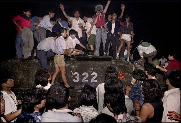Người biểu tình chiếm một chiếc xe tăng ở quảng trường Thiên An Môn