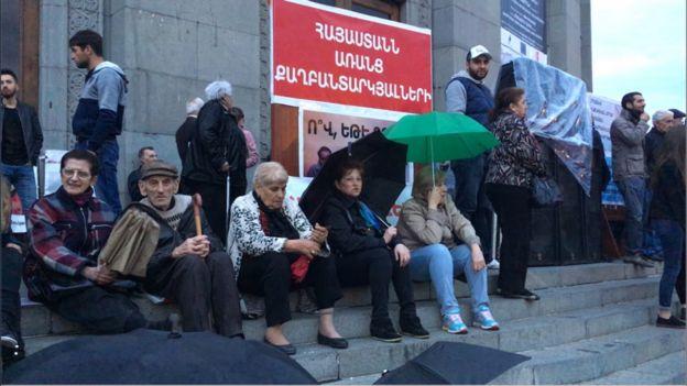 Протестующие требуют освобождения политзаключенных