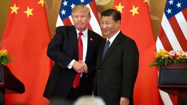 El presidente de Estados Unidos, Donald Trump, y el presidente de China, Xi Jinping, se dan la mano en el Gran Palacio del Pueblo de Pekín.