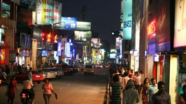 Bengaluru sekarang memiliki banyak taman TI dan merupakan rumah bagi hampir 40% industri TI di negara India
