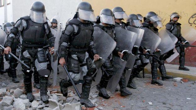 Policías, en Atenco, México.