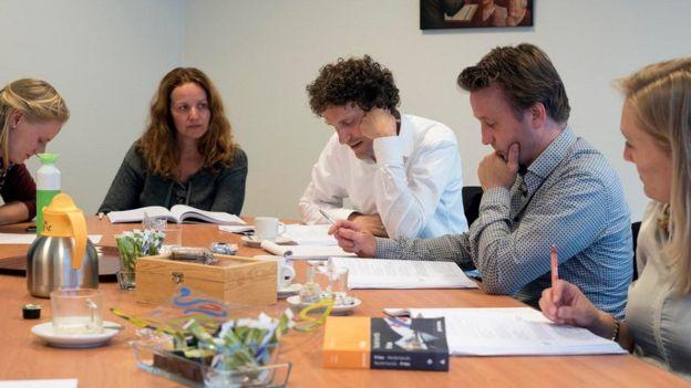 Pessoas estudando em torno de uma mesa