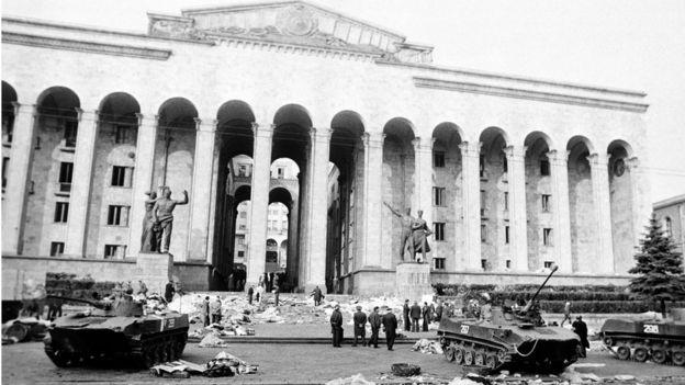 Дом правительства, у которого собрались демонстранты