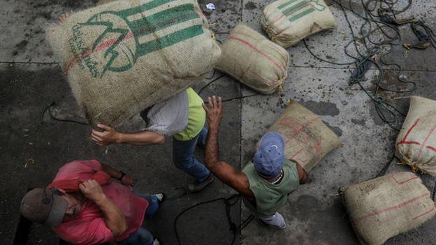 Trabajadores con sacos de café