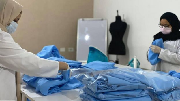 Fashion House frivillige laver scrubs for mediciner i Tripoli, Libyen