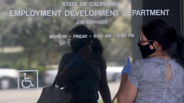 Una mujer en una oficina de empleo de California.