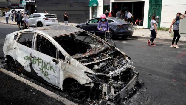 Auto de policía quemado en Los Ángeles