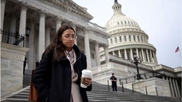 Alexandria Ocasio-Cortez saliendo del Capitolio