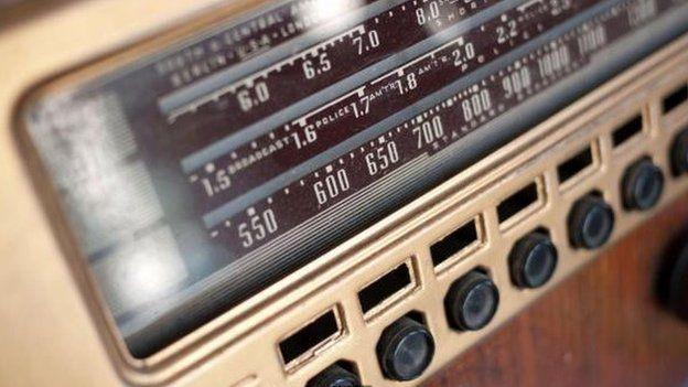 en que epoca se inicia la historia de las ondas de radio