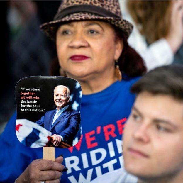 Una mujer en un mitin de Biden.