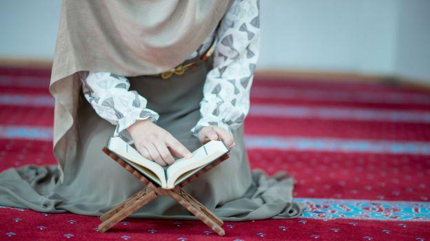 Una mujer leyendo el Corán