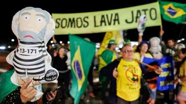 Противники Лулы с плакатами в поддержку
