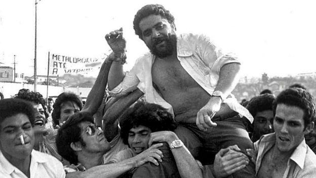 Lula sendo carregado após comício com sindicalistas em 1979, em São Bernardo