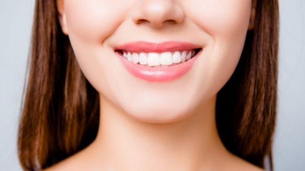 Sonrisa con dientes blancos.