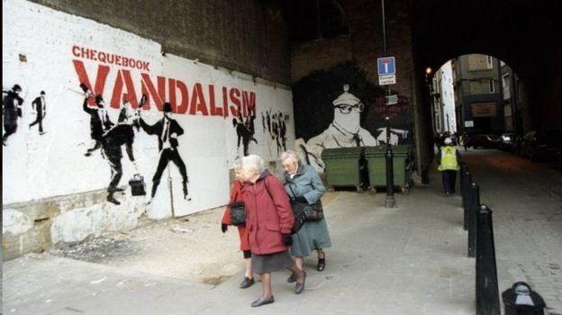 دیوارنگارههای بنکسی در نقاط مختلف بریتانیا دیده می شود