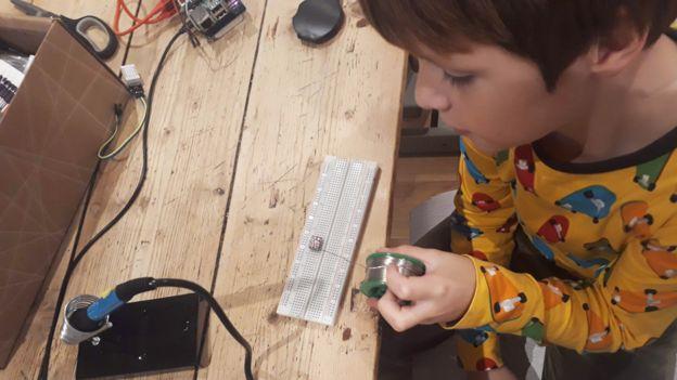 Caspar en el taller donde crearon el dispositivo