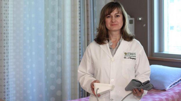 Melissa Fabrizio con un aparato para medir la tensión