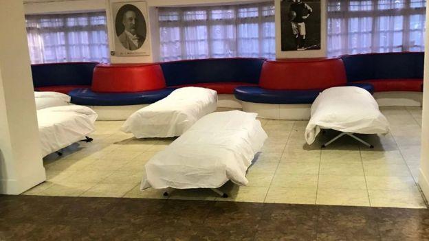 بیخانمانان در ورزشگاه کریستال پالاس پناه گرفتند
