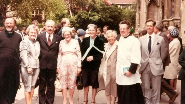 Underhill com membros de sua família depois de ser ordenado sacerdote