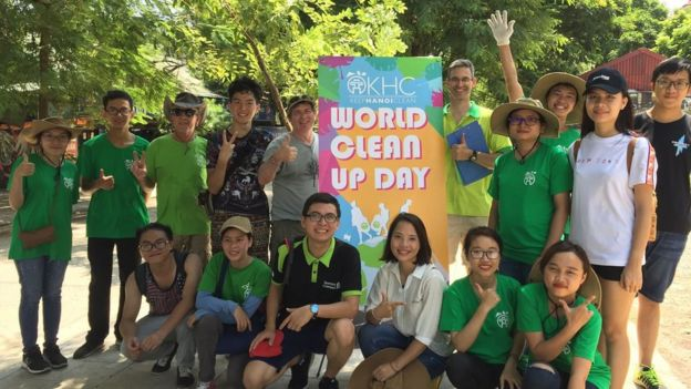 Douglas Snyder (thứ ba, hàng ba) cùng các bạn trẻ tại một buổi tổ chức dọn dẹp do Keep Hanoi Clean tổ chức