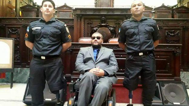 Raphael Cabral (à esquerda), com a prótese na perna esquerda, o cadeirante André Rios (ao centro) e Roberto Santa Rosa (à direita), que teve a perna direita amputada