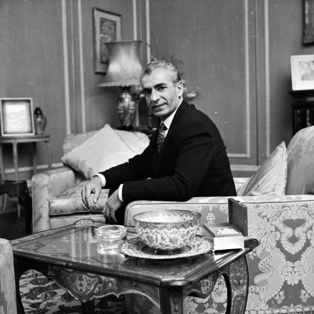 محمدرضا شاه بعد از کودتای ۲۸ مرداد، گام به گام قدرت را در ایران قبضه کرد و کنترل امور کلیدی از جمله سیاست خارجی را شخصا برعهده گرفت