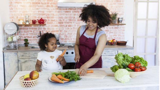 Criança brincando com cenoura