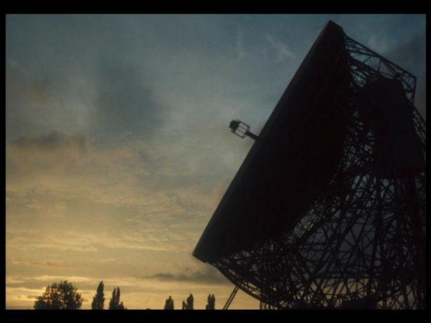 Foto de radiotelescópio no fim da tarde