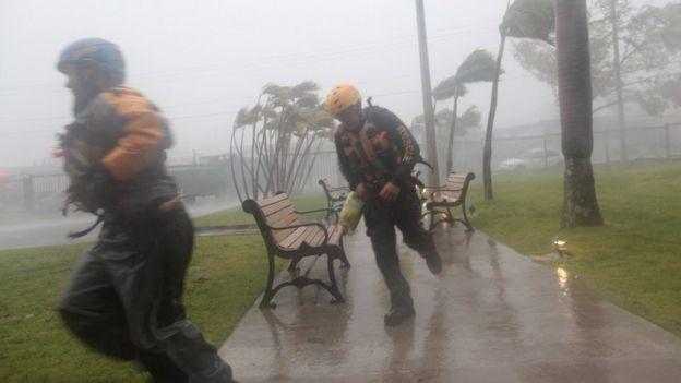 Equipos de rescate en Puerto Rico trabajaron para socorrer a personas afectadas.