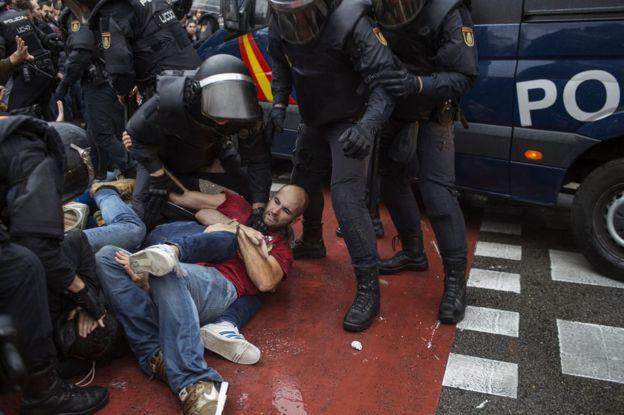 Barcelona'da referandumu engellemeye çalışan polisler yüzlerce kişiyi yaralanmıştı