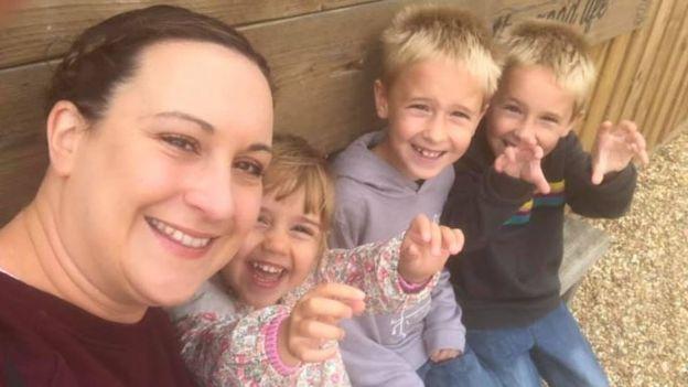 Emma Connell-Smith çocuklarının YouTube'da oyuncak açma videolarını izlemesini yasaklamış.