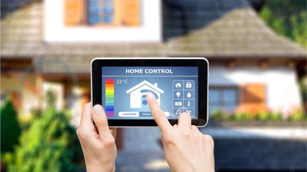 Celular que maneja dispositivos inteligentes en el hogares