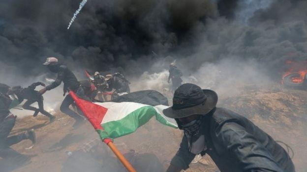 İsrail ateşinden kaçan Filistinli göstericiler.