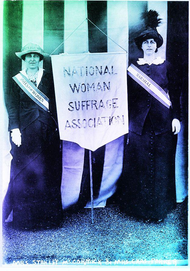 A la izquierda, Katherine McCormick, en la campaña por el derecho a votar.