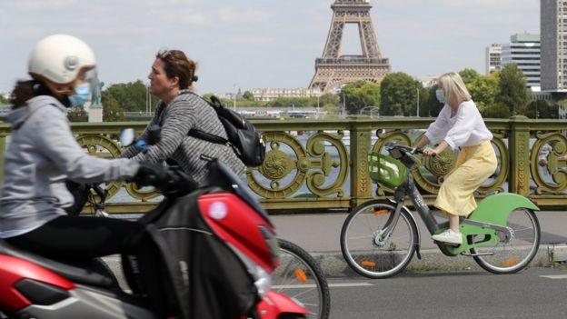 Велосипедисты около Эйфелевой башни