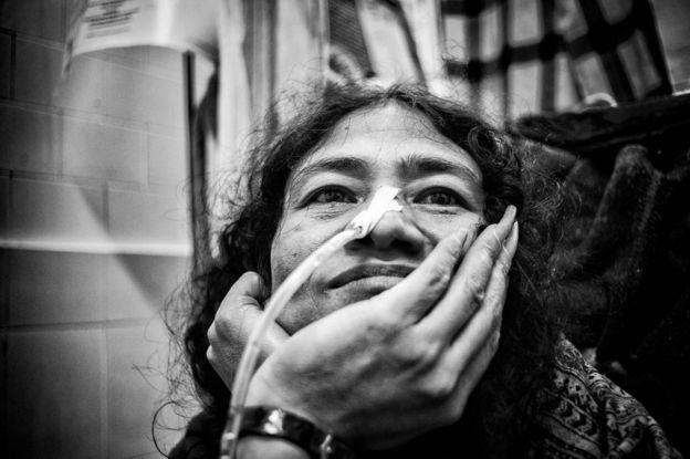 Irom Sharmila akiketi ndani ya chumba chake katika Taasisi ya hospitali ya chuo cha sayansi ya tiba mjini Imphal Disemba 17, 2013