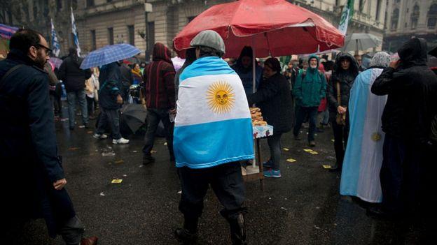 Un hombre se cubre con la bandera de Argentina.
