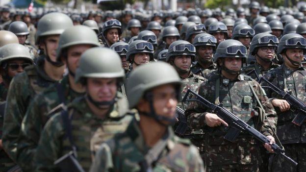 Dezenas de militares fardados e enfileirados