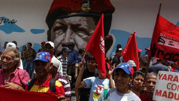 Seguidores del gobierno también protestaron, pero contra la oposición.