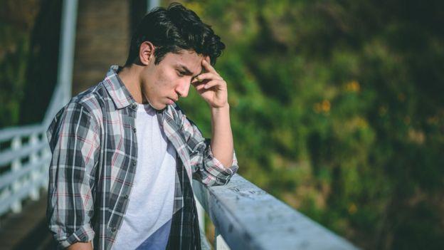 Hombre joven en un puente.