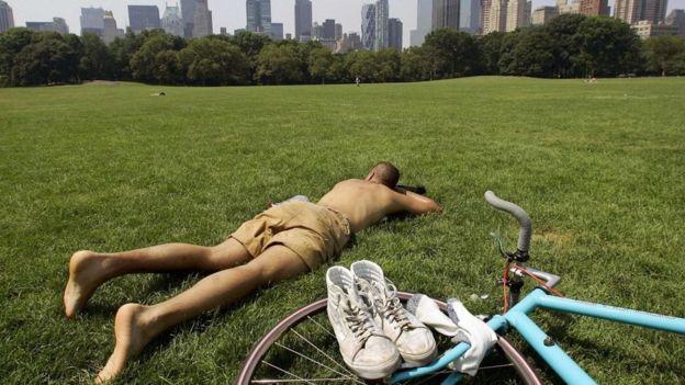 Homem dorme na grama