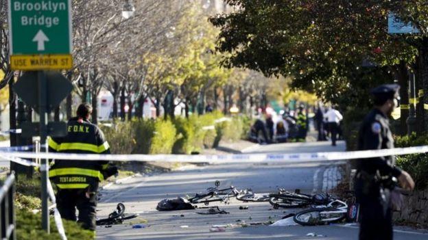Bicicletas destruidas en la ciclovía.