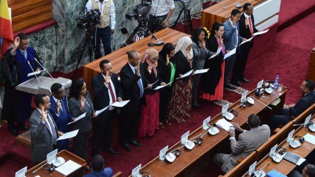 أعضاء في المجلس الجديد يؤدون اليمين