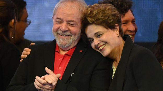 Lula da Silva y Dilma Rousseff abrazados.