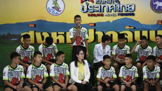 Os 12 meninos durante entrevista coletiva