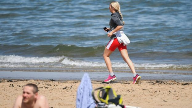 Девушка на пробежке в Шотландии