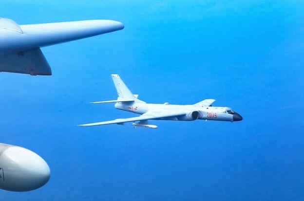 中国空军四月首次在南海争议岛礁区域进行轰炸机起降训练,引发周边国家对于国家安全的担忧和警告。(资料照片)